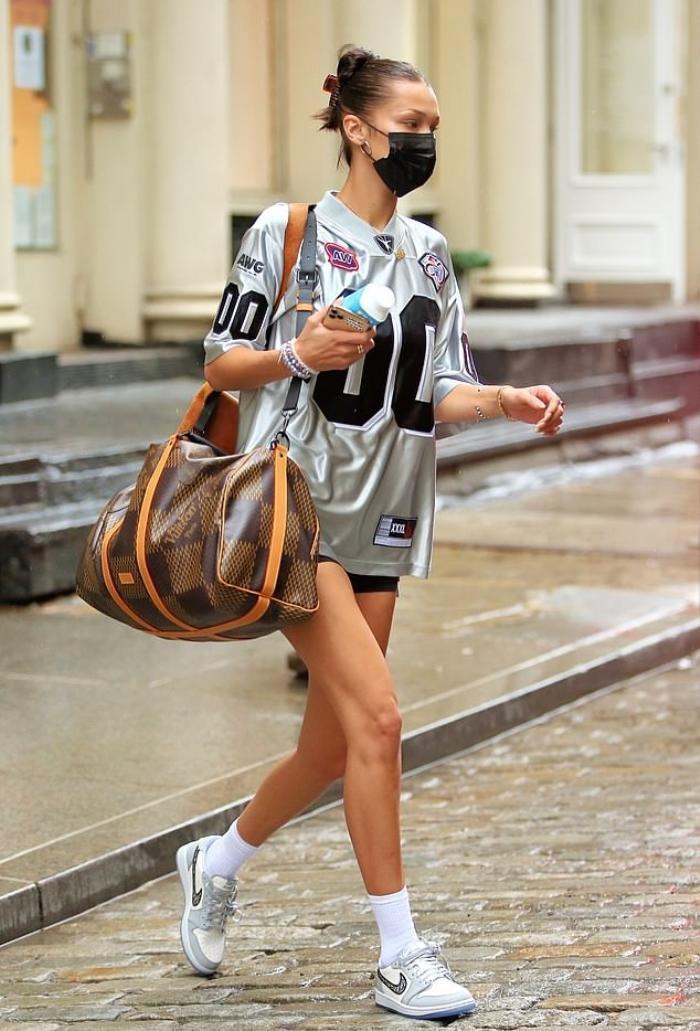 Không ngờ cũng có ngày chân dài Bella Hadid lại mặc đồ xấu đến khó hiểu ra phố Ảnh 6