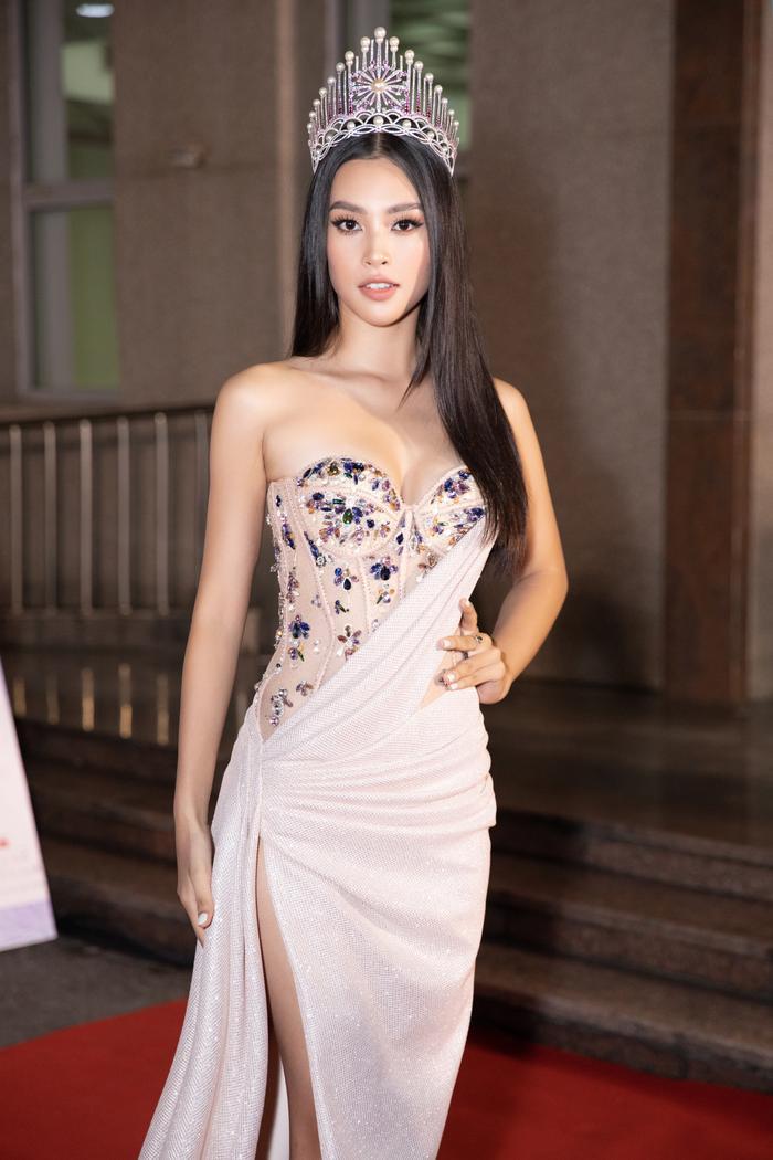 Bán kết Hoa hậu Việt Nam: Tiểu Vy đẹp rực rỡ - Kiều Loan quyến rũ - Lương Thùy Linh sắc sảo hút mắt fan Ảnh 1