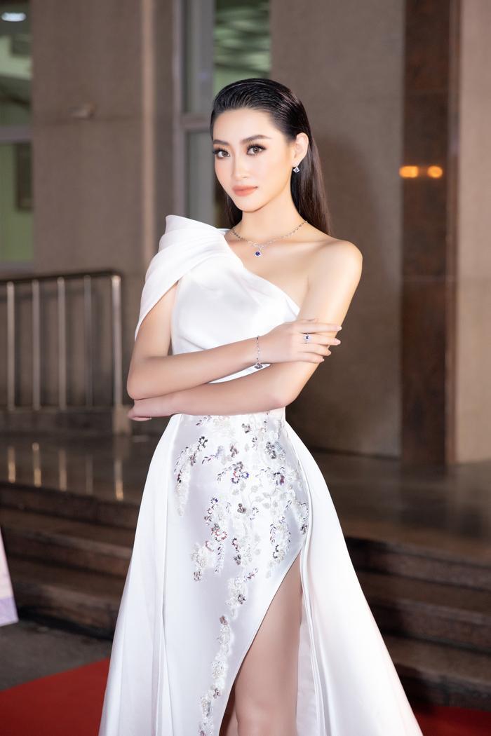 Bán kết Hoa hậu Việt Nam: Tiểu Vy đẹp rực rỡ - Kiều Loan quyến rũ - Lương Thùy Linh sắc sảo hút mắt fan Ảnh 4