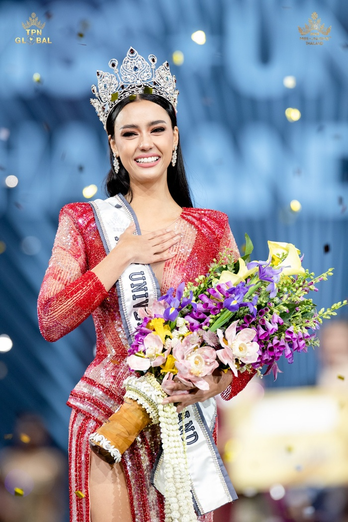So nhan sắc, trình độ catwalk của Khánh Vân và Tân Hoa hậu Hoàn vũ Thái Lan: Ai hơn ai? Ảnh 1