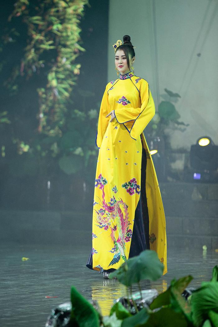 Ngây ngất với những tà áo dài nhung thêu đính họa tiết di sản văn hóa Việt kì công Ảnh 2