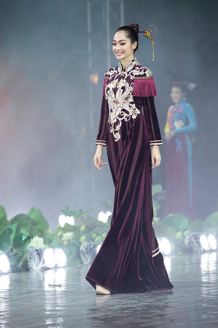 Ngây ngất với những tà áo dài nhung thêu đính họa tiết di sản văn hóa Việt kì công Ảnh 15