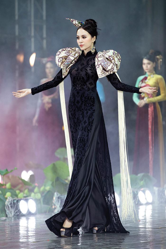 Ngây ngất với những tà áo dài nhung thêu đính họa tiết di sản văn hóa Việt kì công Ảnh 16