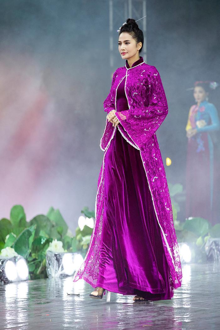 Ngây ngất với những tà áo dài nhung thêu đính họa tiết di sản văn hóa Việt kì công Ảnh 17