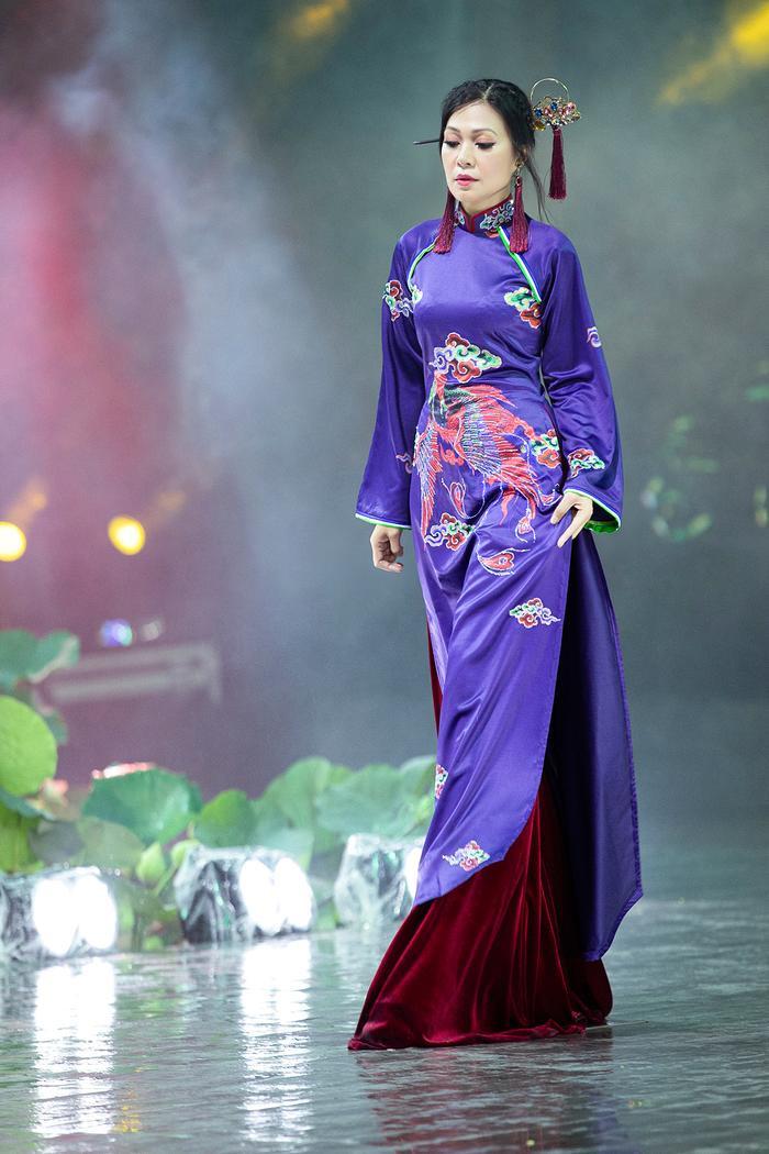 Ngây ngất với những tà áo dài nhung thêu đính họa tiết di sản văn hóa Việt kì công Ảnh 3