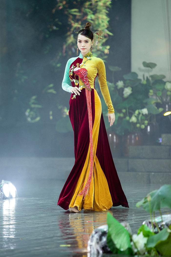 Ngây ngất với những tà áo dài nhung thêu đính họa tiết di sản văn hóa Việt kì công Ảnh 4