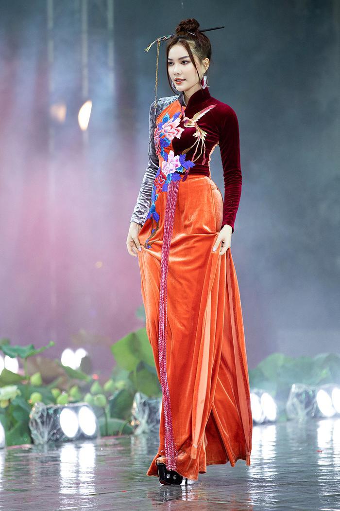 Ngây ngất với những tà áo dài nhung thêu đính họa tiết di sản văn hóa Việt kì công Ảnh 5