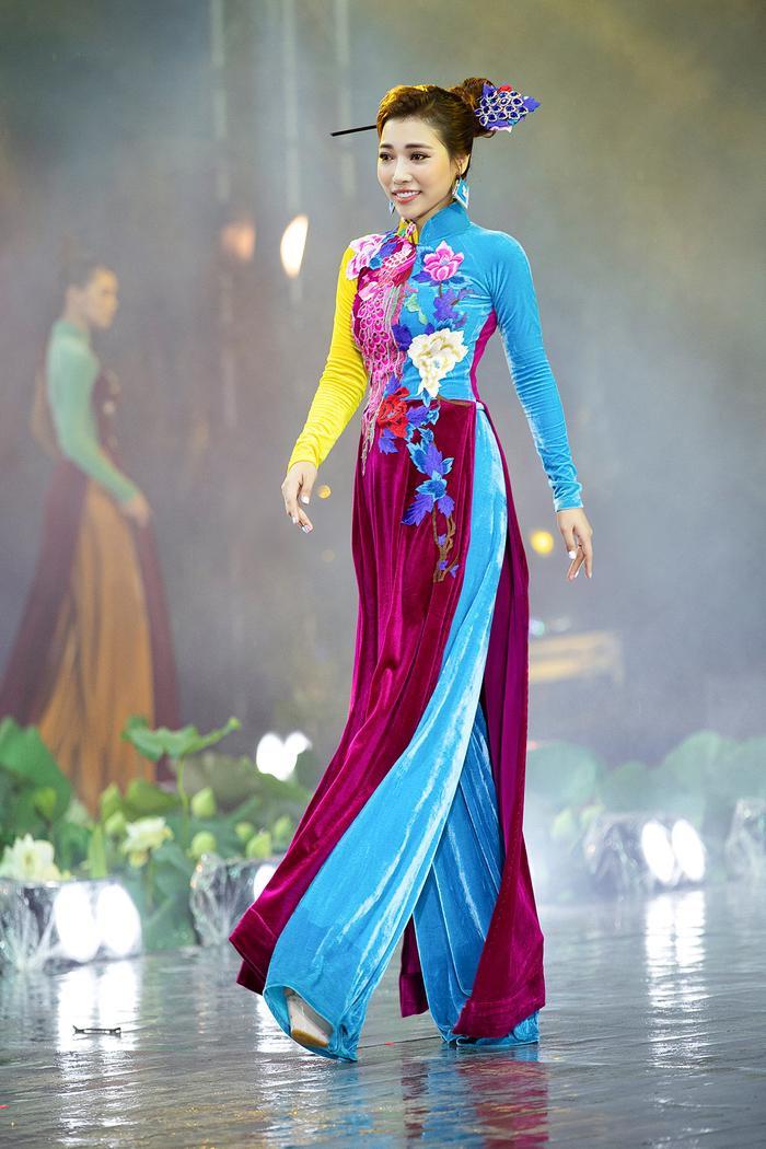 Ngây ngất với những tà áo dài nhung thêu đính họa tiết di sản văn hóa Việt kì công Ảnh 6