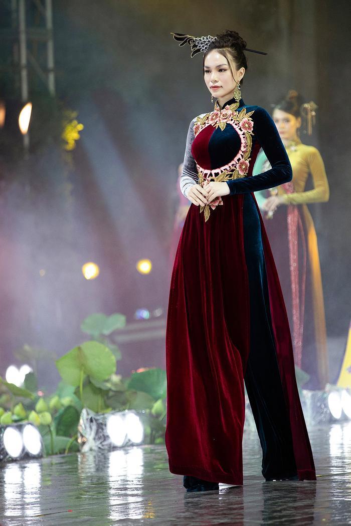 Ngây ngất với những tà áo dài nhung thêu đính họa tiết di sản văn hóa Việt kì công Ảnh 8