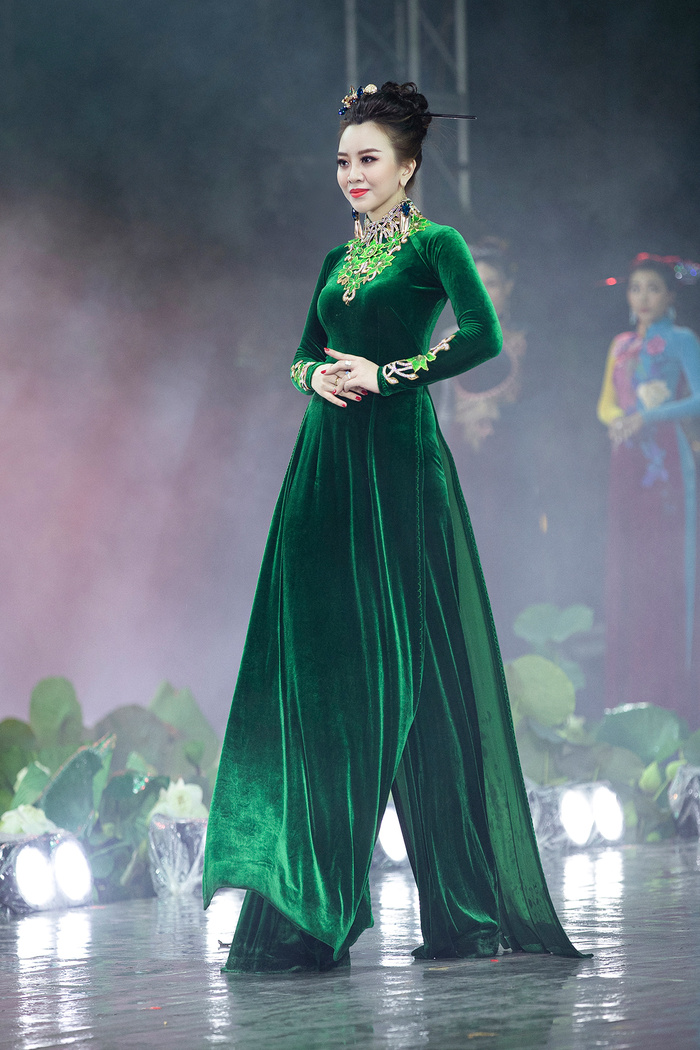 Ngây ngất với những tà áo dài nhung thêu đính họa tiết di sản văn hóa Việt kì công Ảnh 10