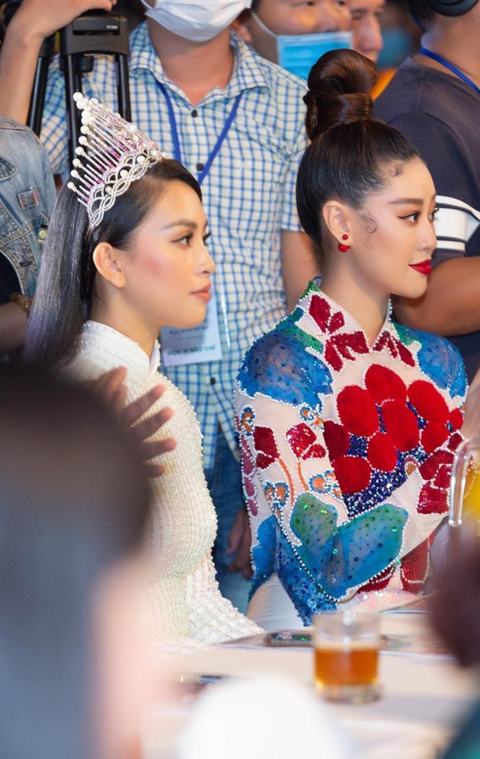 Khánh Vân diện áo dài rực rỡ, lần đầu đọ sắc cùng Tiểu Vy: 2 đương kim hoa hậu Việt Nam, ai hơn ai? Ảnh 1