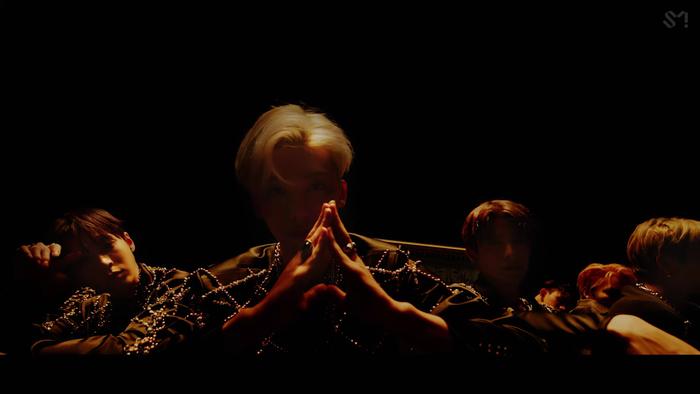NCT U 'thả xích' MV Make A Wish: Visual bùng nổ gây mê man, đeo vàng khắp mình không hề thua kém... cô Minh Hiếu Ảnh 14