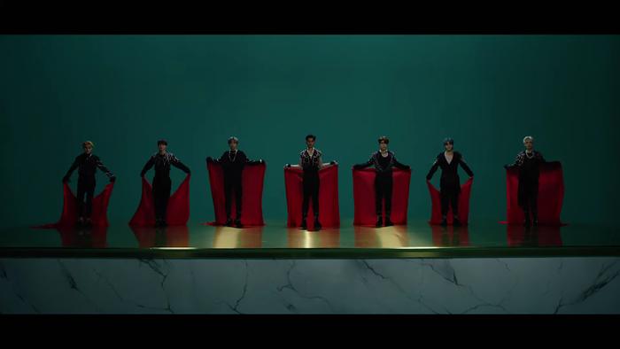 NCT U 'thả xích' MV Make A Wish: Visual bùng nổ gây mê man, đeo vàng khắp mình không hề thua kém... cô Minh Hiếu Ảnh 15