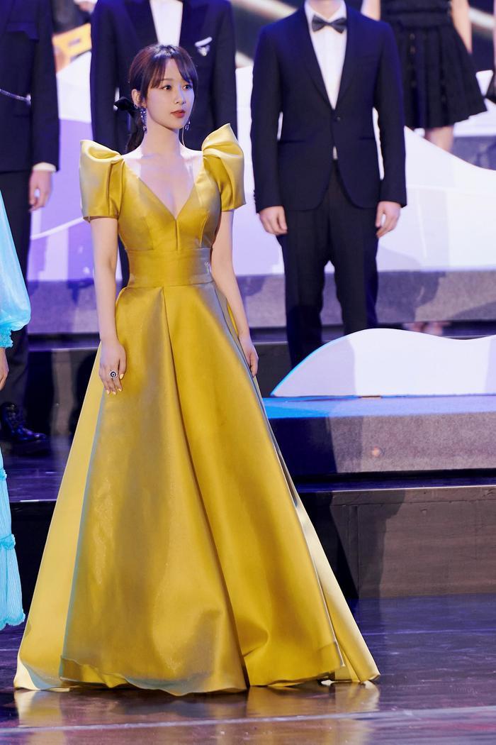 Dương Tử nhiều lần diện váy kém xinh, lộ khuyết điểm hình thể tại các sự kiện trang trọng Ảnh 12