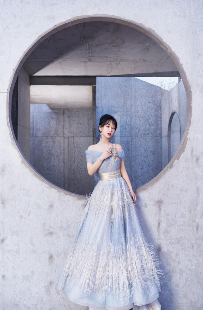 Dương Tử nhiều lần diện váy kém xinh, lộ khuyết điểm hình thể tại các sự kiện trang trọng Ảnh 1