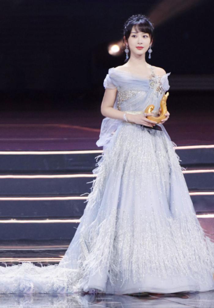 Dương Tử nhiều lần diện váy kém xinh, lộ khuyết điểm hình thể tại các sự kiện trang trọng Ảnh 4