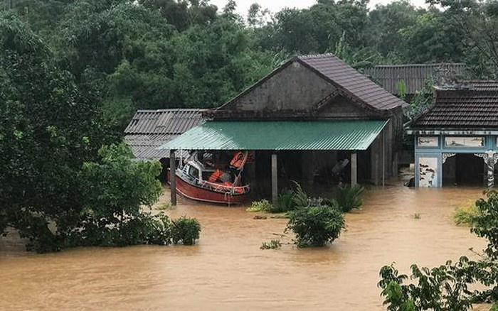 Thủy Tiên kêu gọi 2 tỷ đồng giúp miền Trung, tức tốc bay ra Huế cứu trợ Ảnh 3