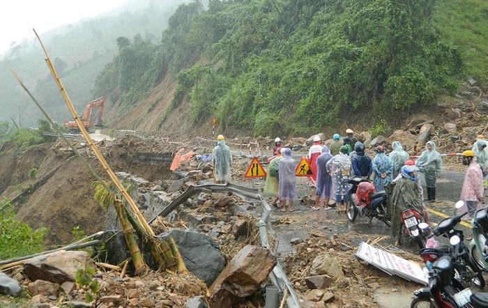 Thủy Tiên kêu gọi 2 tỷ đồng giúp miền Trung, tức tốc bay ra Huế cứu trợ Ảnh 5