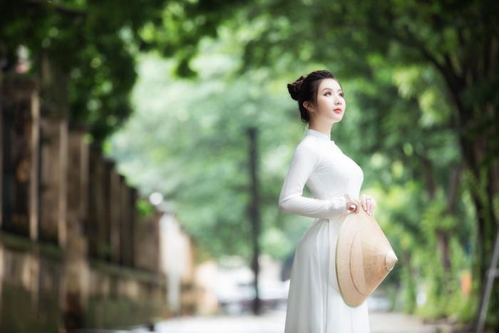 Miss Model 2020 Hà Phương đẹp dịu dàng trong lần đầu diện áo dài Ảnh 1