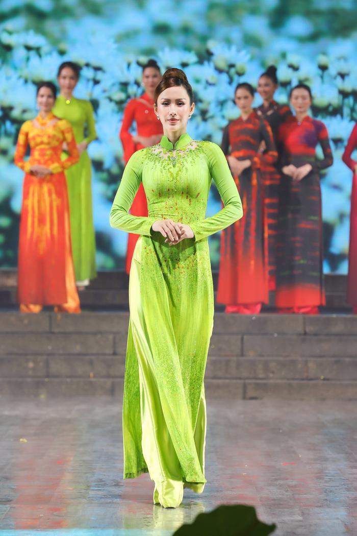 Những thiết kế áo dài màu sắc giúp tôn dáng nịnh da cho phụ nữ Ảnh 1