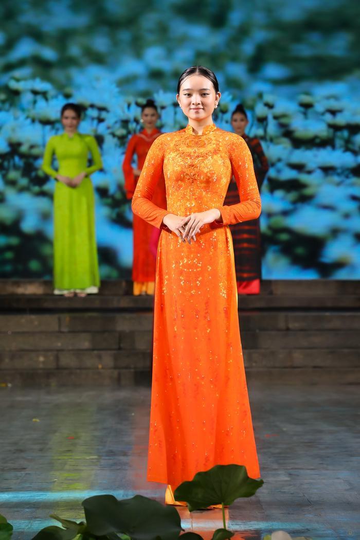 Những thiết kế áo dài màu sắc giúp tôn dáng nịnh da cho phụ nữ Ảnh 2