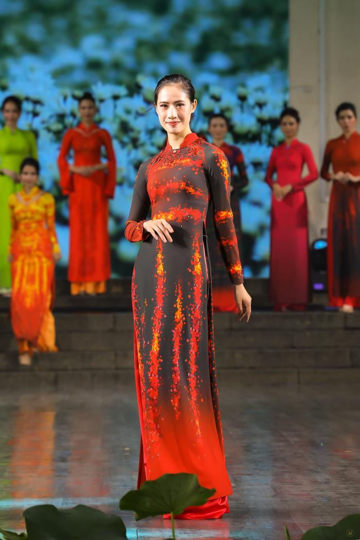 Những thiết kế áo dài màu sắc giúp tôn dáng nịnh da cho phụ nữ Ảnh 3
