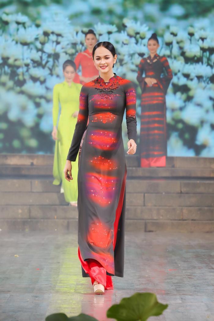 Những thiết kế áo dài màu sắc giúp tôn dáng nịnh da cho phụ nữ Ảnh 7