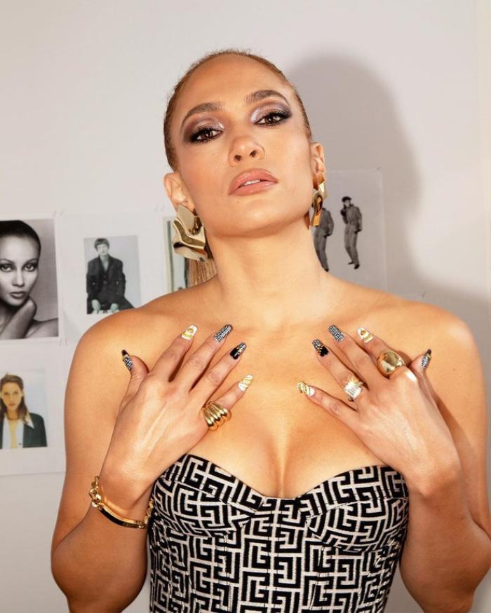 Jennifer Lopez hút mắt trong bộ váy cúp ngực tôn vòng 1 cực khủng Ảnh 1