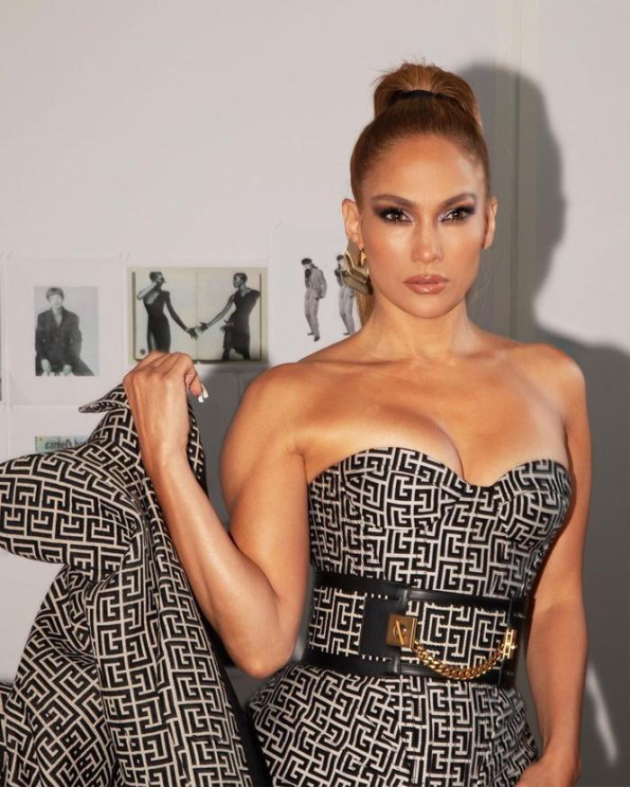 Jennifer Lopez hút mắt trong bộ váy cúp ngực tôn vòng 1 cực khủng Ảnh 3