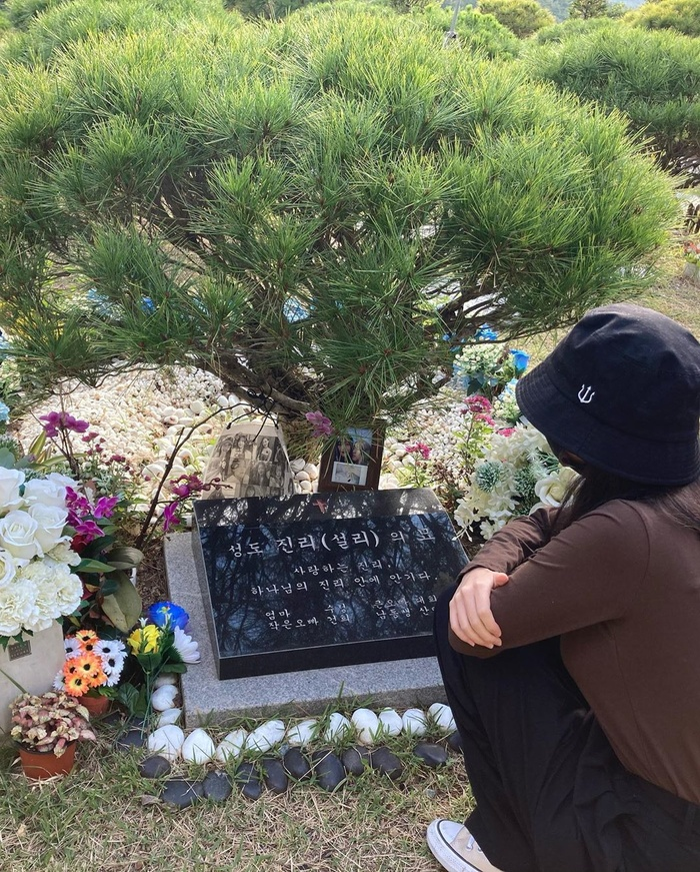 Sao Hàn đến viếng mộ Sulli trong ngày giỗ đầu: 'Xin lỗi vì đã khóc!' Ảnh 5