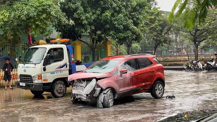Xe ô tô mất lái tông đổ tường rào cổng trường mầm non, nhiều người khiếp vía Ảnh 2