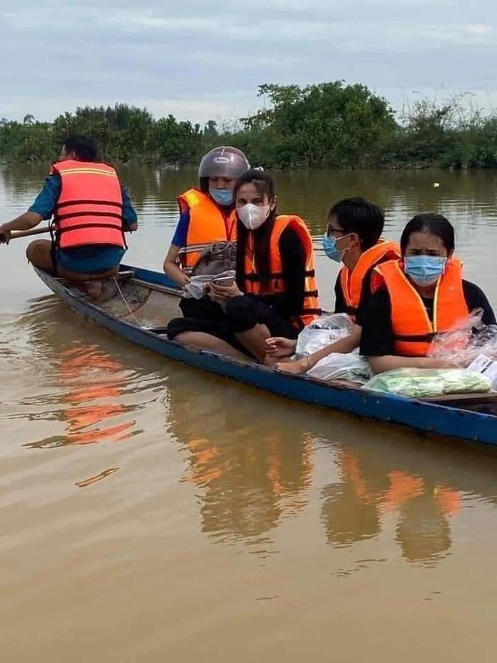 Thủy Tiên ngồi xuồng vào tận tâm lũ tại Huế để cứu trợ người dân gặp thiên tai Ảnh 3