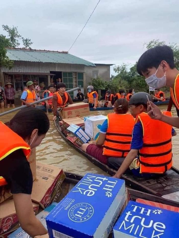 Thủy Tiên ngồi xuồng vào tận tâm lũ tại Huế để cứu trợ người dân gặp thiên tai Ảnh 7