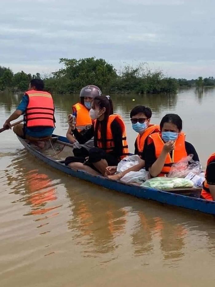 Thủy Tiên ngồi xuồng vào tận tâm lũ tại Huế để cứu trợ người dân gặp thiên tai Ảnh 4
