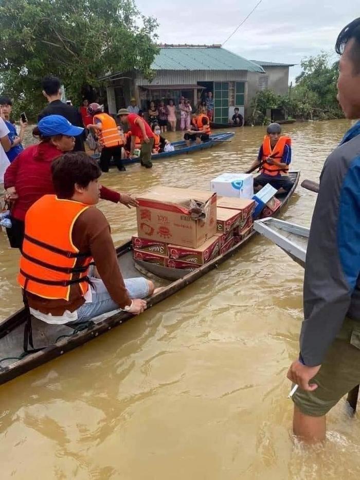 Thủy Tiên ngồi xuồng vào tận tâm lũ tại Huế để cứu trợ người dân gặp thiên tai Ảnh 6