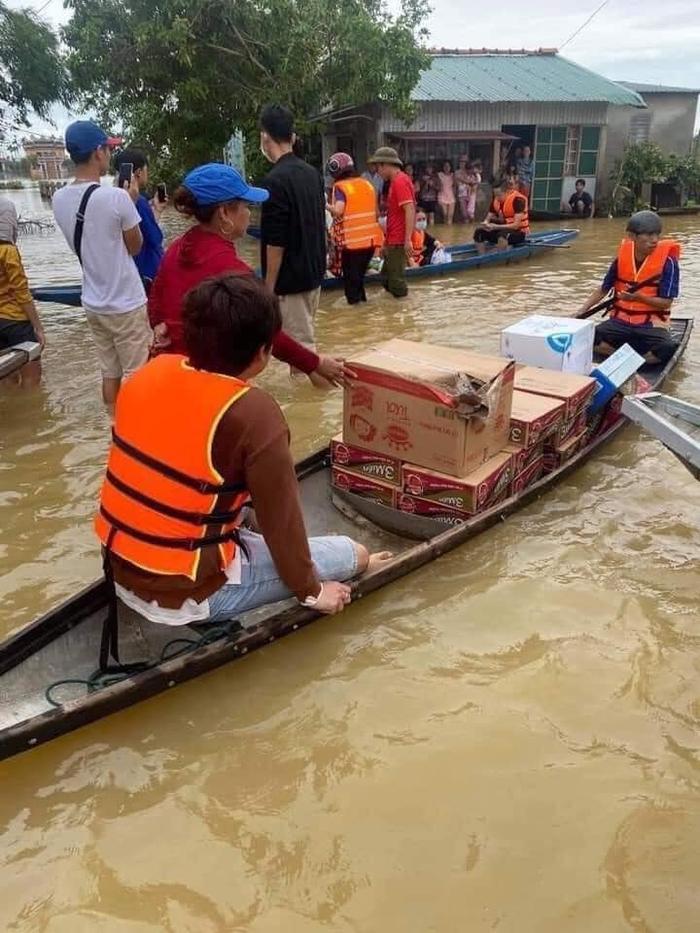 Thủy Tiên ngồi xuồng vào tận tâm lũ tại Huế để cứu trợ người dân gặp thiên tai Ảnh 5