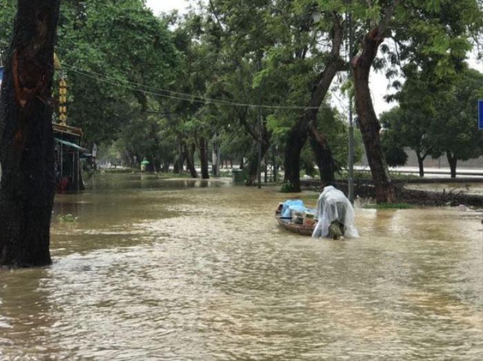 Thầy Hiệu trưởng đích thân chèo đò, lội nước kịp thời đưa thức ăn đến cho sinh viên trong đợt bão lũ Ảnh 1