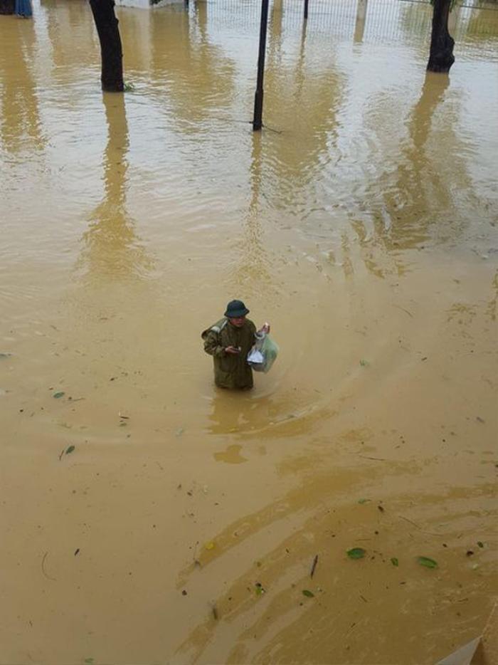 Thầy Hiệu trưởng đích thân chèo đò, lội nước kịp thời đưa thức ăn đến cho sinh viên trong đợt bão lũ Ảnh 2