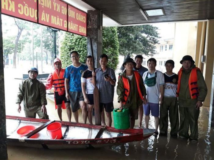 Thầy Hiệu trưởng đích thân chèo đò, lội nước kịp thời đưa thức ăn đến cho sinh viên trong đợt bão lũ Ảnh 3