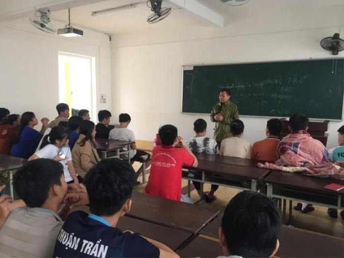 Thầy Hiệu trưởng đích thân chèo đò, lội nước kịp thời đưa thức ăn đến cho sinh viên trong đợt bão lũ Ảnh 4