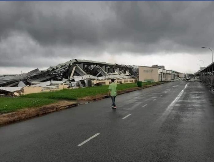 Lốc xoáy kinh hoàng làm tốc mái tôn, sập nhà xưởng ở Tiền Giang Ảnh 1