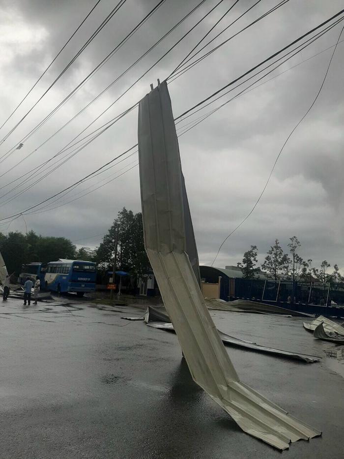 Lốc xoáy kinh hoàng làm tốc mái tôn, sập nhà xưởng ở Tiền Giang Ảnh 3