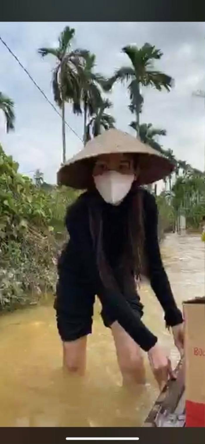 Thủy Tiên xắn quần lội nước đi từ thiện vùng 'rốn lũ' mà fan vẫn ngây ngất vì vòng 3 siêu đẹp Ảnh 7