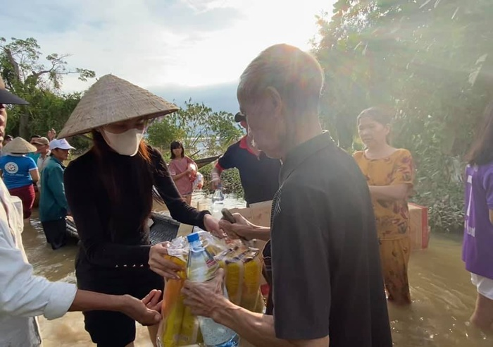 Thủy Tiên xắn quần lội nước đi từ thiện vùng 'rốn lũ' mà fan vẫn ngây ngất vì vòng 3 siêu đẹp Ảnh 8