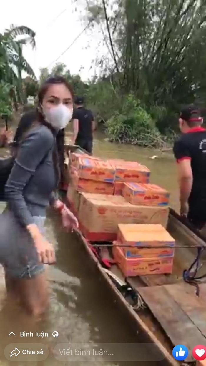 Thủy Tiên xắn quần lội nước đi từ thiện vùng 'rốn lũ' mà fan vẫn ngây ngất vì vòng 3 siêu đẹp Ảnh 2