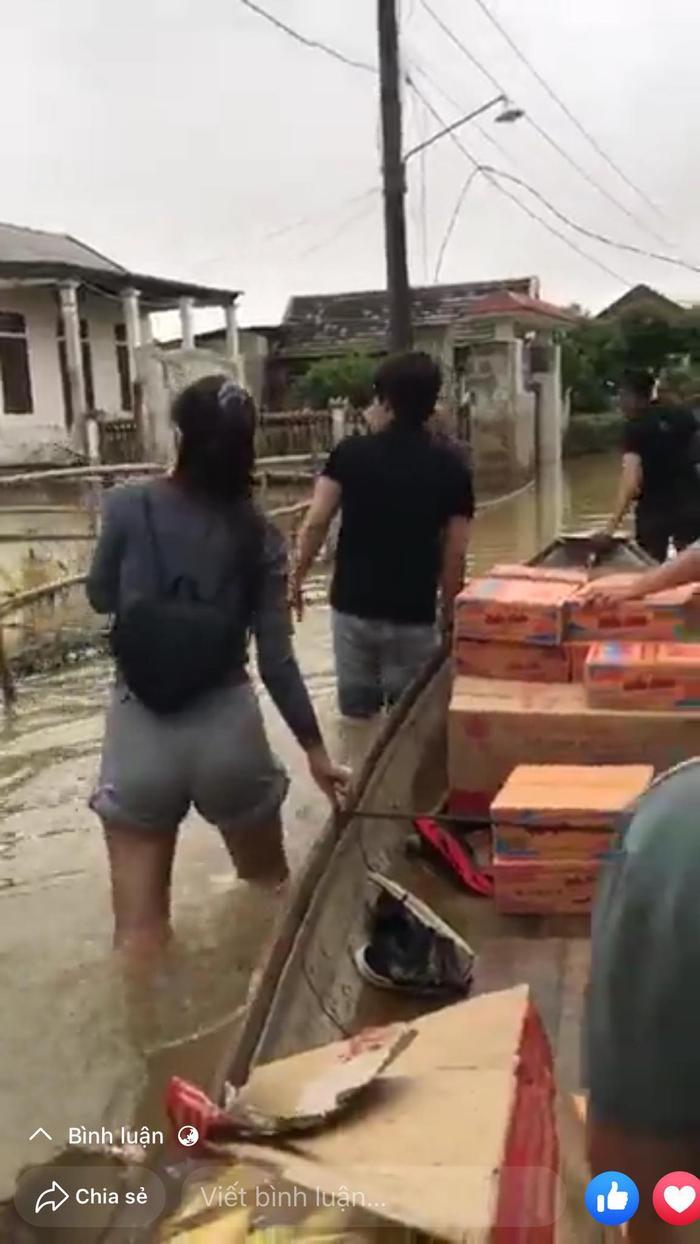Thủy Tiên xắn quần lội nước đi từ thiện vùng 'rốn lũ' mà fan vẫn ngây ngất vì vòng 3 siêu đẹp Ảnh 3