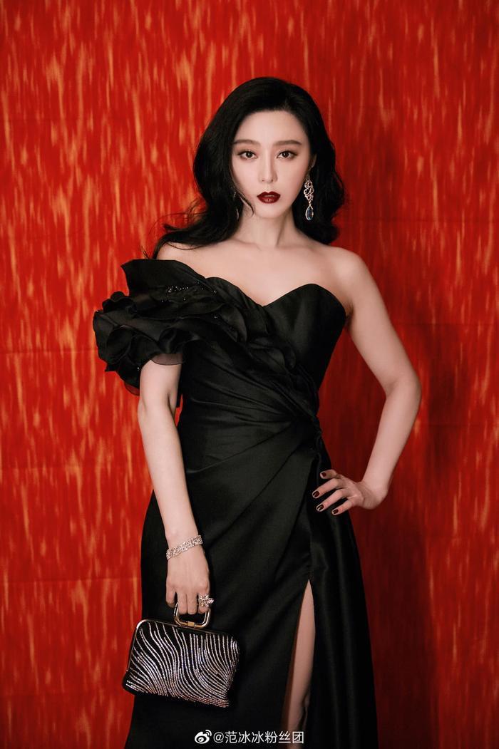 Đại tỷ Phạm Băng Băng làm trùm cuối thảm đỏ với bộ váy xẻ cao ngút ngàn và đôi môi đỏ thẫm high fashion Ảnh 1