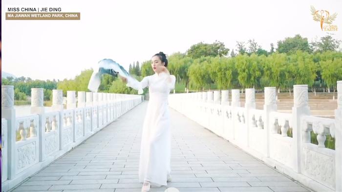 Thí sinh Trung Quốc gây phẫn nộ khi ngang nhiên mặc áo dài trình diễn trong phần thi tài năng Miss Earth 2020 Ảnh 5