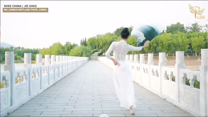Thí sinh Trung Quốc gây phẫn nộ khi ngang nhiên mặc áo dài trình diễn trong phần thi tài năng Miss Earth 2020 Ảnh 6