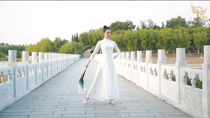 Thí sinh Trung Quốc gây phẫn nộ khi ngang nhiên mặc áo dài trình diễn trong phần thi tài năng Miss Earth 2020 Ảnh 2